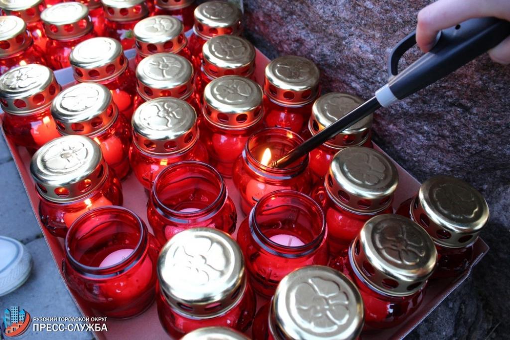 Москвичи зажгли 1418 свечей наКрымской набережной